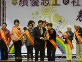 本所志工隊副隊長邱鄧菊香女士代表領獎