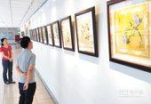 民眾參觀藝廊畫展
