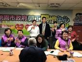 鄭市長新春訪視勞工關懷中心值班志工並發福袋