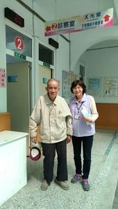 志工協助高齡患者就診