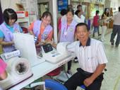 志工協助量測民眾血壓