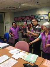 李副市長代表致贈康乃馨