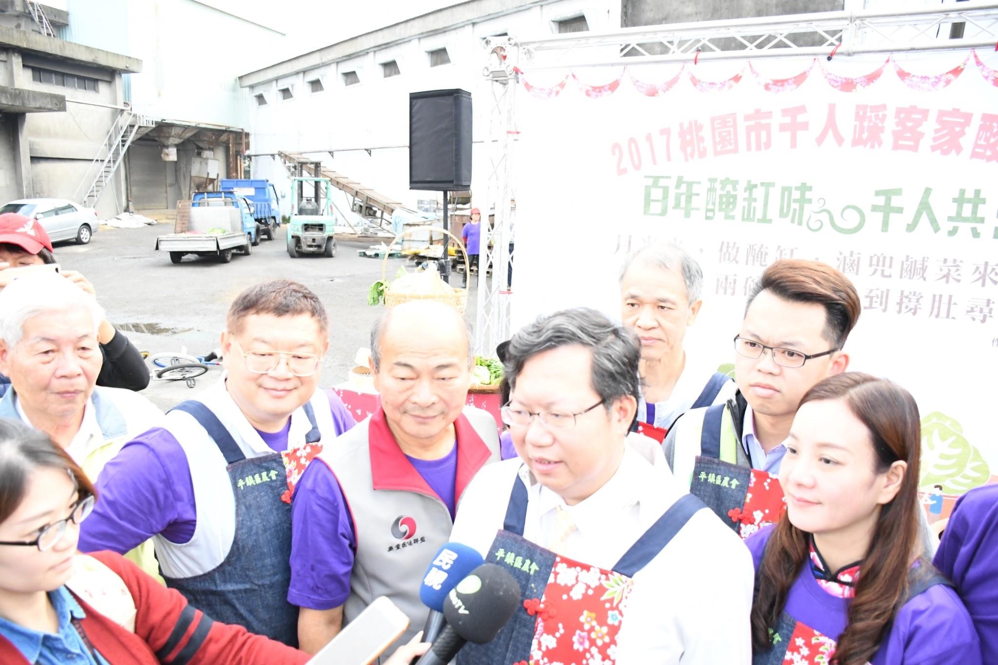 進行桃園市千人踩客家酸菜活動媒體聯訪,透過宣傳使更多民眾一起傳承醃缸文化。