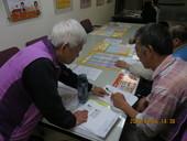本局志工協助求職者填寫報名表