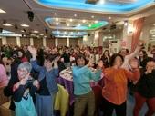 民政局全體同仁及志工與台上一起動一動