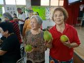 柚子公園豐收趣,洽公民眾分享柚子