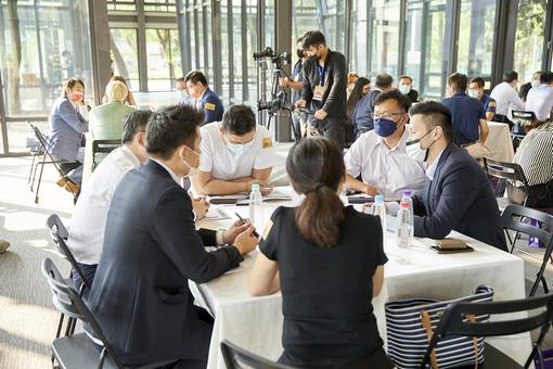 企業貴賓就課程案例進行分組討論