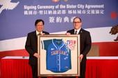 Supervisor Curt Hagman of San Bernardino County, California, U.S. and Taoyuan City Mayor Cheng Wen-Tsan signed the sister cities agreement.