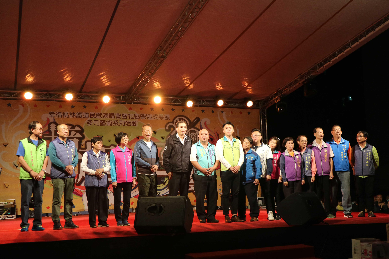 區長陳玉明與貴賓向現場民眾致意。