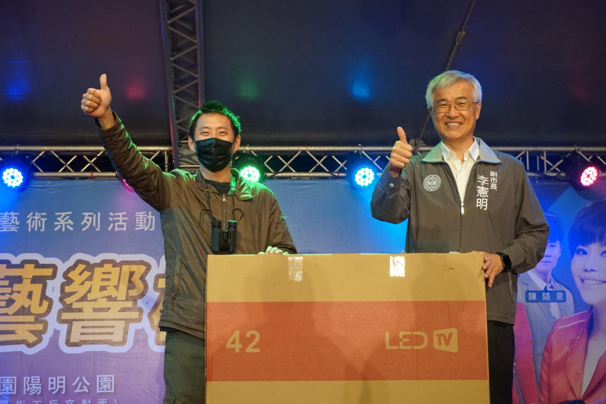 李憲明副市長與大獎得主合影。