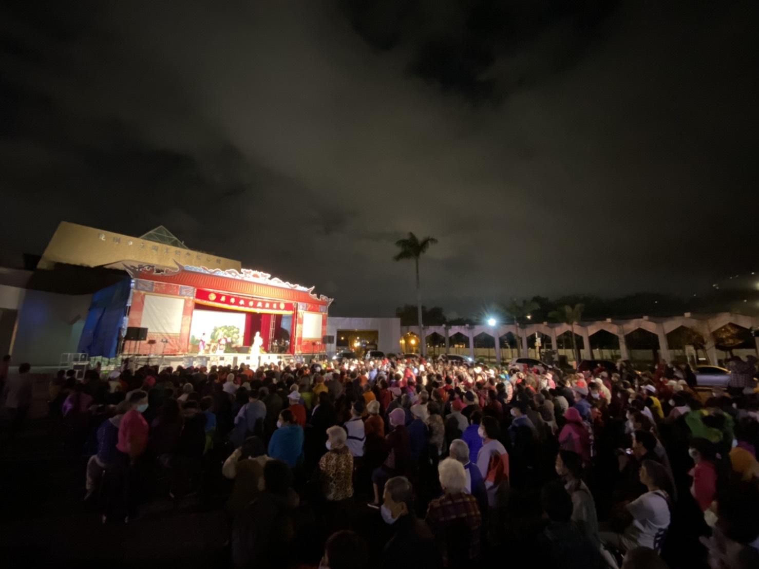 薪傳歌仔戲劇團於桃園區青溪公園演出《王寶釧》。