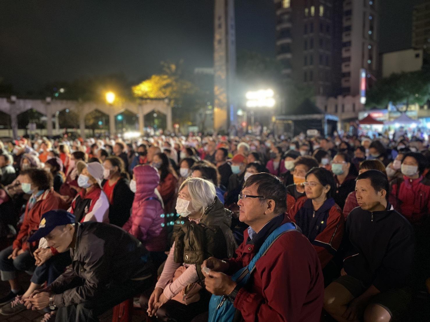 附近民眾熱烈參與,現場座無虛席。