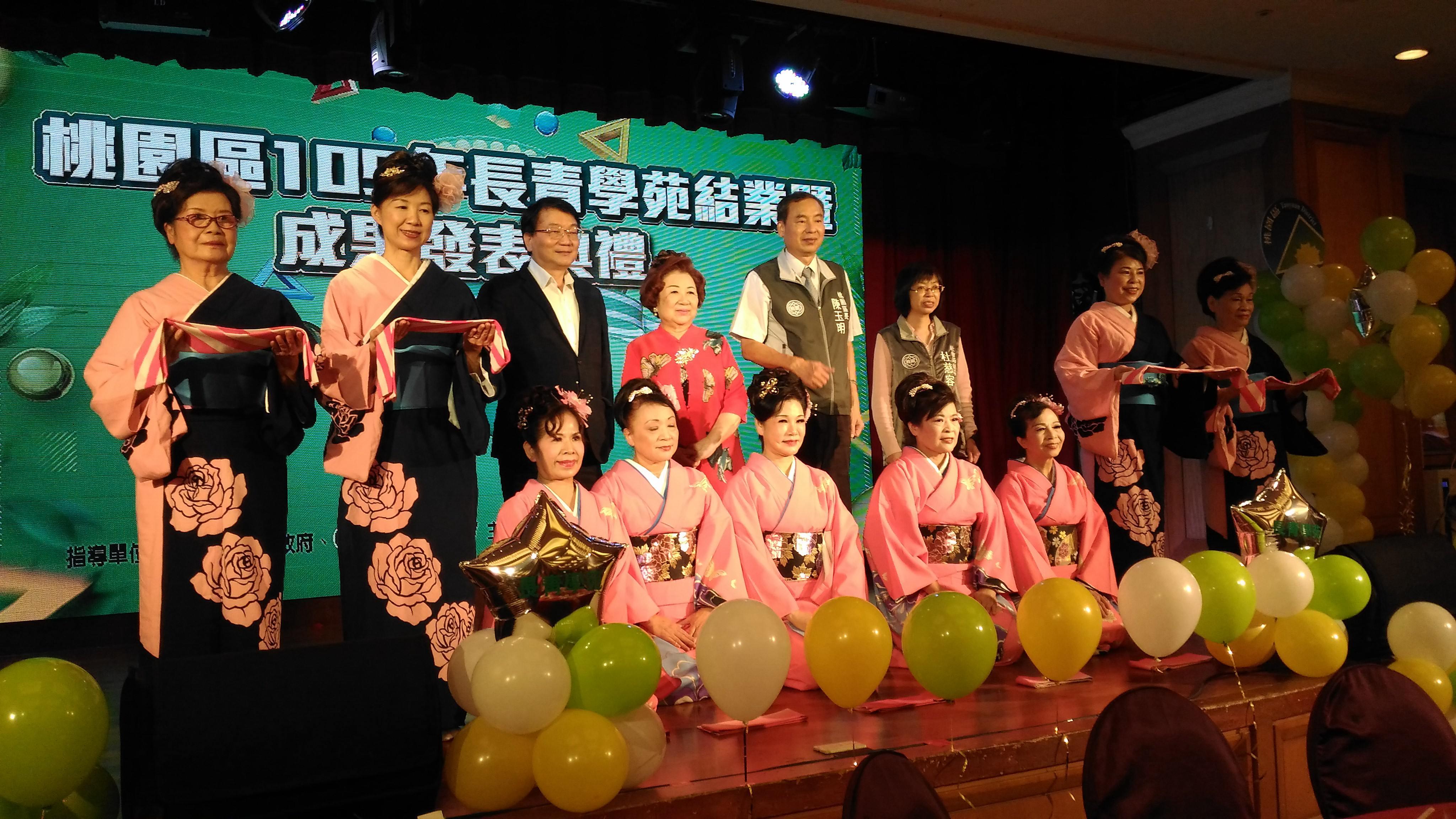 區長陳玉明與貴賓及學員們合影。