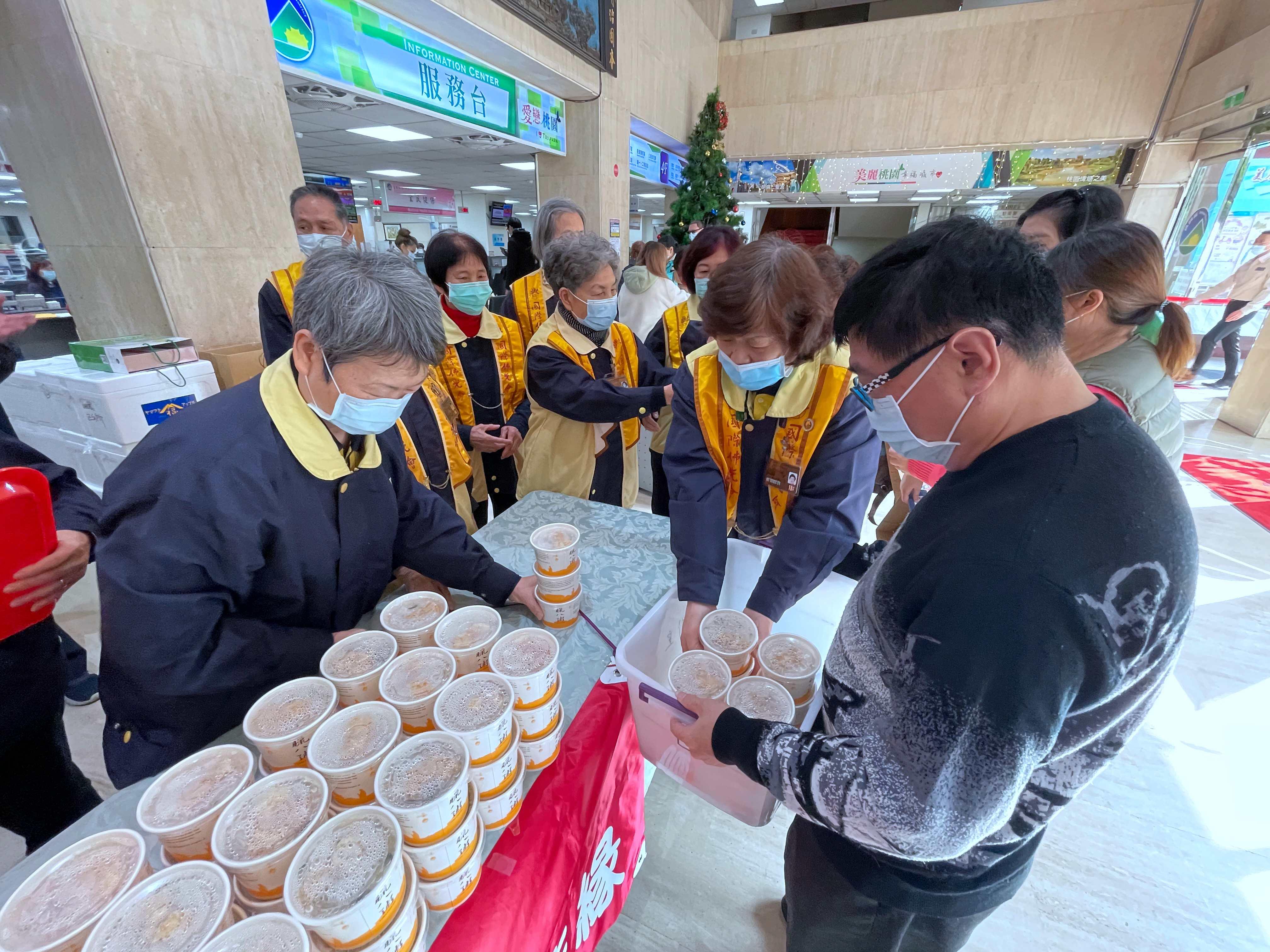 多位師兄姐至本公所分送臘八粥予公所同仁及民眾。