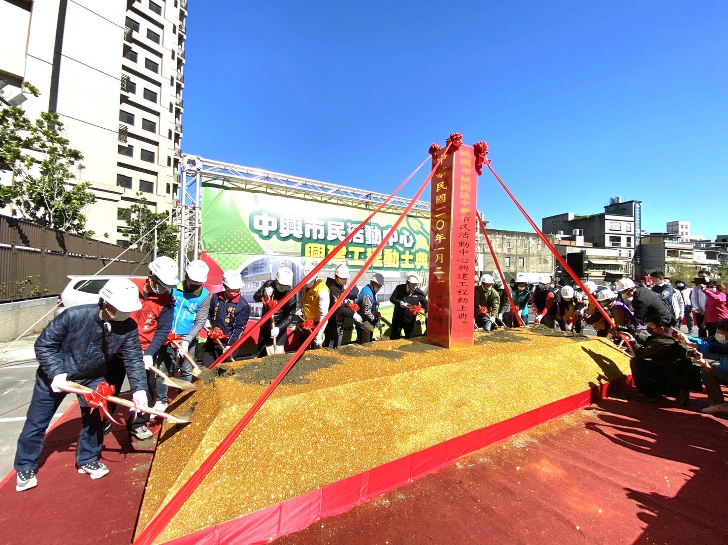 市長與貴賓們進行動土儀式。