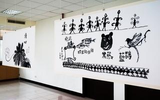 學員分組集體創作,以全開宣紙將書法結合書中有畫、畫中有書的意境,用筆墨描摹台灣特有原生動物,如台灣黑熊、櫻花鉤吻鮭等。