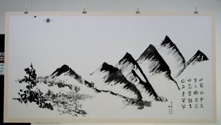 學員分組集體創作,以全開宣紙將書法結合書中有畫、畫中有書的意境,用筆墨描摹自然山水,以線條律動展現書藝之美。