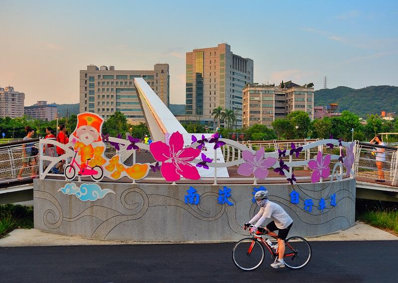 溪畔單車遊