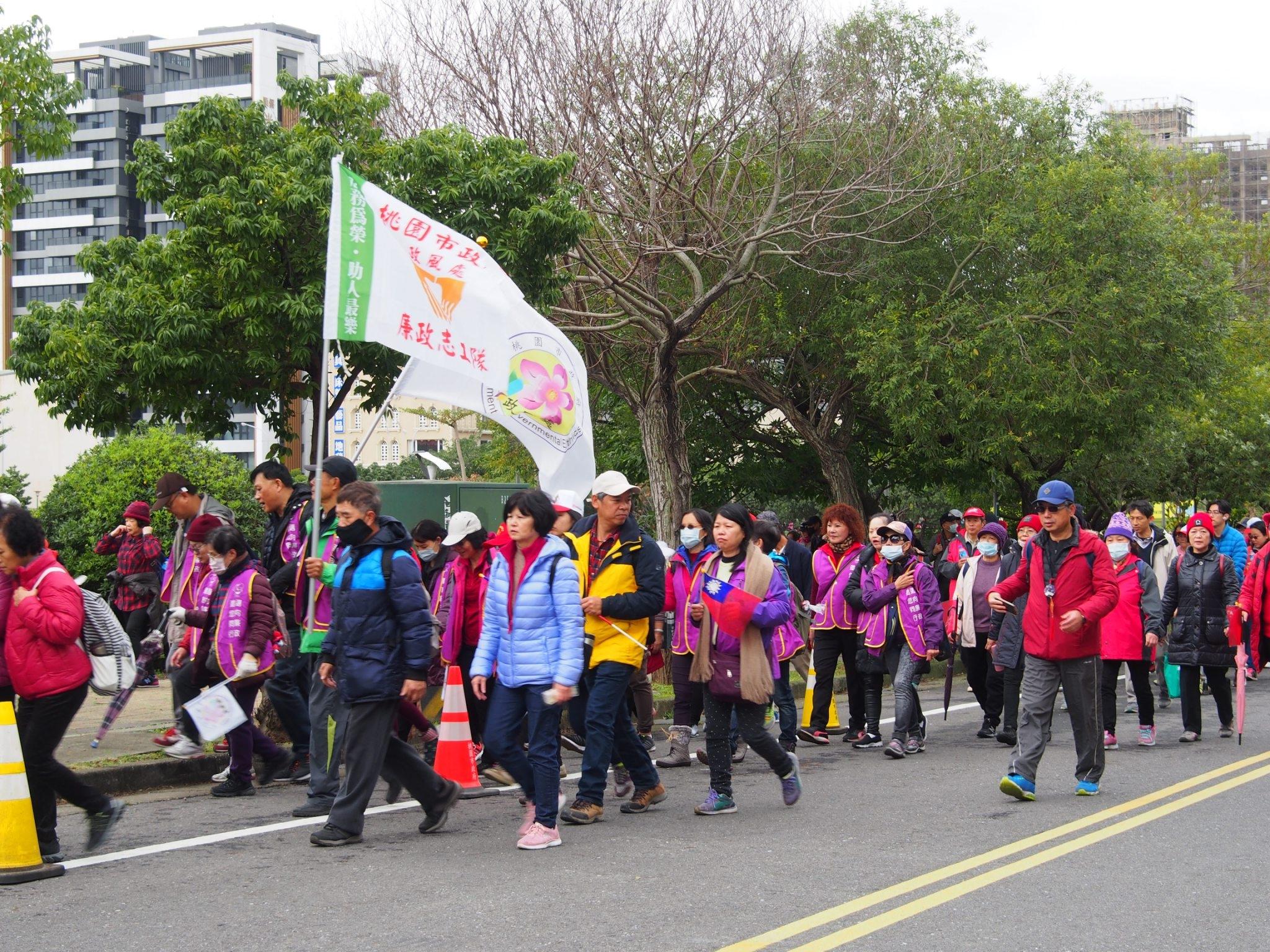 本處廉政志工隊與寒風同行,向前邁步。