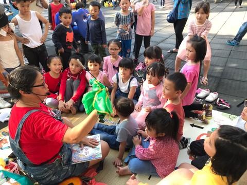 用玩偶與孩子互動
